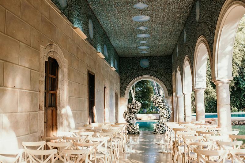 Vista del altar en el pasillo de la hacienda