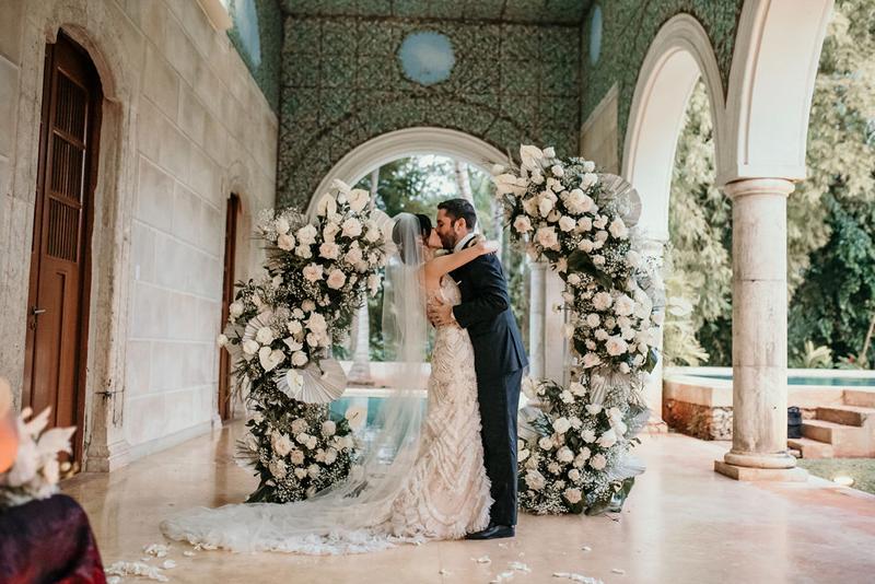 Primer beso de los nuevos esposos