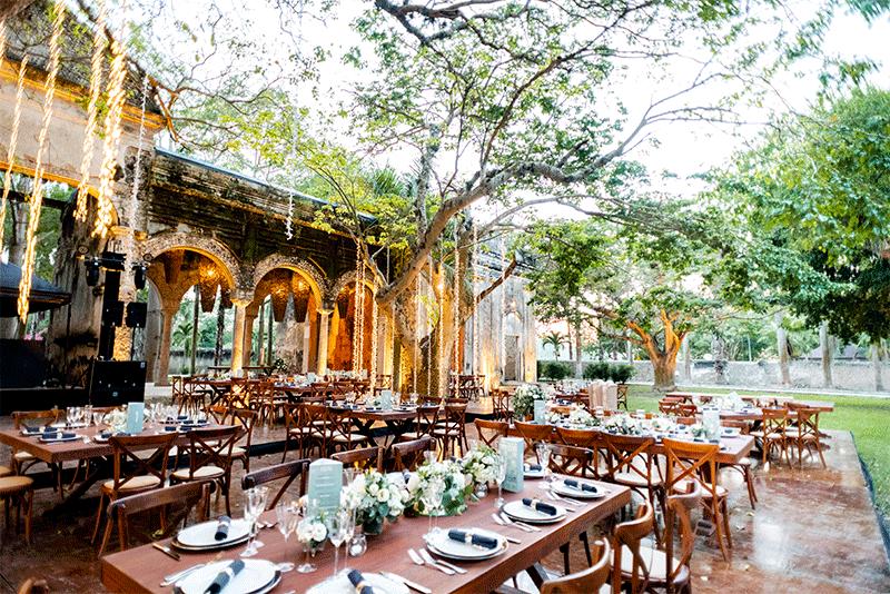 Área de mesas para invitados estilo rústico