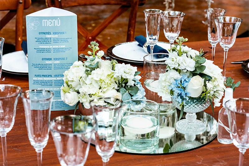 Cristalería en mesas de madera